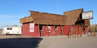 Mojavewoestijn, Californië/de V.S. - 05 28 2018: De Koffie van Bagdad als uit het verre wegrestaurant dat van Rosenheim wordt bek stock afbeeldingen