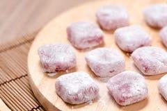 Moji, Kagami-mochi, Mochiko, süß auf hölzerner Tabelle, Japan-swee Stockbilder