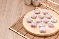 Moji, Kagami-mochi, Mochiko, süß auf hölzerner Tabelle, Japan-swee Lizenzfreie Stockfotos