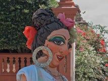 Mojiganga som poserar på framdel av La Parroquia i San Miguel de Allende, Mexico Royaltyfri Foto
