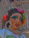 Mojiganga som poserar på framdel av La Parroquia i San Miguel de Allende, Mexico Arkivfoto