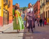 Mojigangas步行圣米格尔德阿连德,墨西哥 免版税库存照片
