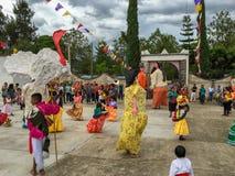 Mojigangas e crianças que dançam em Calenda San Pedro em Oaxaca fotos de stock