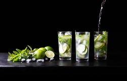 Mojito准备刷新在玻璃的暑假热带鸡尾酒非酒精饮料与苏打水 免版税库存照片