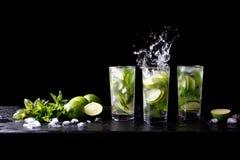 Mojito刷新在高玻璃杯的夏天党热带鸡尾酒非酒精饮料与飞溅苏打水,柠檬汁 免版税图库摄影