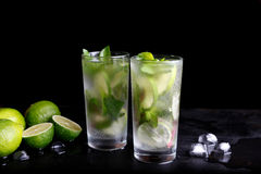 Mojito刷新在高玻璃杯,苏打水饮料,柠檬汁的暑假热带鸡尾酒酒精饮料 免版税库存照片