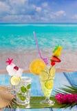 Mojito和柠檬撒石灰在热带蓝色木头的鸡尾酒 免版税库存照片