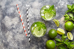 Mojito鸡尾酒传统古巴旅行假期饮料用兰姆酒,冰,薄菏,在高玻璃杯的石灰切片 库存图片