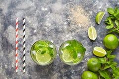 Mojito鸡尾酒传统酒精酒吧饮料顶视图拷贝空间两高玻璃杯,夏天热带假期饮料 图库摄影