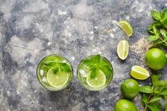 Mojito鸡尾酒传统酒精酒吧饮料顶视图拷贝空间两高玻璃杯,夏天热带生气勃勃假期 图库摄影