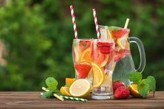 Mojito鸡尾酒用柠檬、草莓和桔子 免版税库存图片