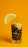 Mojito鸡尾酒用柠檬和薄菏在黄色背景 库存图片