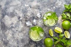 Mojito鸡尾酒酒精酒吧夏天茶点饮料传统古巴饮料顶视图拷贝空间两高玻璃杯 库存图片