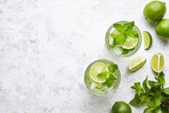 Mojito鸡尾酒酒精酒吧用大杯喝的饮料传统古巴新鲜的热带饮料顶视图拷贝空间两高玻璃杯 库存照片