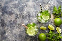 Mojito鸡尾酒酒精酒吧饮料传统古巴新鲜的热带饮料顶视图拷贝空间两高玻璃杯与 图库摄影