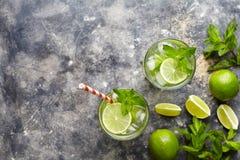 Mojito鸡尾酒酒精酒吧饮料传统新鲜的热带饮料顶视图拷贝空间两高玻璃杯 库存照片