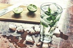 Mojito är en kall coctail Mojito coctail i en bur på en lantlig tabell, selektiv fokus Matlagning och portion Royaltyfri Fotografi