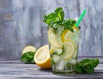 Mojito θερινών ποτών με τη μέντα, το λεμόνι και τον πάγο Στοκ φωτογραφίες με δικαίωμα ελεύθερης χρήσης