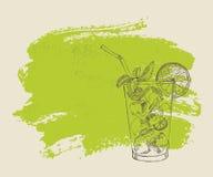 Mojito με τη μέντα και ασβέστης στο πράσινο υπόβαθρο Στοκ Φωτογραφίες