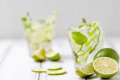 Mojito коктеиля лета освежая с известкой и мятой на белой деревянной винтажной предпосылке Стоковое Изображение