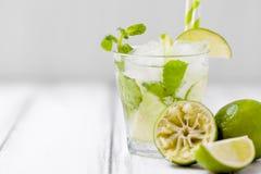 Mojito коктеиля лета освежая с известкой и мятой на белой деревянной винтажной предпосылке Стоковое фото RF