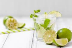 Mojito коктеиля лета освежая с известкой и мятой на белой деревянной винтажной предпосылке Стоковые Фото