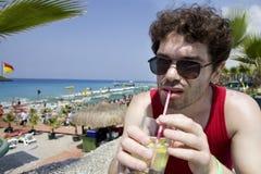 mojito человека стекел питья коктеила пляжа Стоковое Изображение