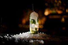 Mojito alcoólico do cocktail, suportes em um contador da barra fotos de stock