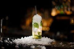 Mojito alcolico del cocktail in di cristallo fotografia stock