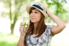 Mojito bebendo da jovem mulher Fotografia de Stock