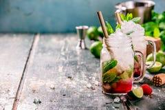 Mojito-Cocktail auf rustikalem Hintergrund stockfotografie
