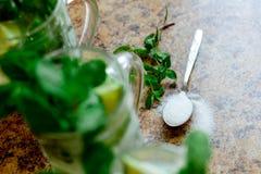 Mojito-Cocktail in einem Büro, selektiver Fokus Stockfotos