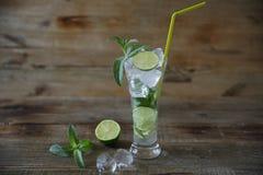 Mojito-Cocktail im Glas mit Eis, Minze und grünem Kalk auf einem hölzernen rustikalen Hintergrund Mit Kopienraum f?r Text nahaufn stockfotografie