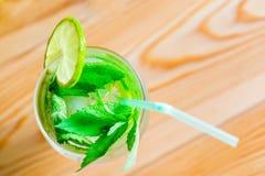 Mojito-Cocktail mit Minze und Kalk Lizenzfreies Stockfoto