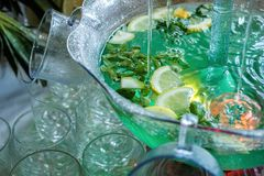 Mojito cocktail peu de fontaine verse un cocktail images libres de droits