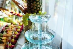 Mojito cocktail poca fontana versa un cocktail fotografia stock libera da diritti
