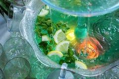 Mojito cocktail wenig Brunnen gießt ein Cocktail Stockbild