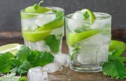 Mojito coctail eller lemonad med limefrukt-, mintkaramell- och iskuber royaltyfri foto