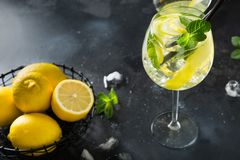 Mojito coctail eller lemonad med limefrukt och mintkaramellen i exponeringsglas p? den svarta tabellen close upp f?r citrus vatte arkivfoton