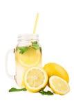 Mojito coctail från gula citroner och smakliga sidor av mintkaramellen som isoleras på en vit bakgrund Ny drink med citroner och  Arkivfoto