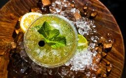 Mojito coctail med citronskiva- och iskuber Royaltyfri Fotografi