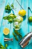 Mojito coctail med limefrukt och mintkaramellen i highballexponeringsglas på en wood tabell background card congratulation invita Royaltyfri Foto