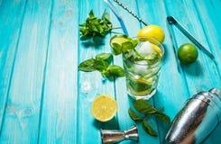 Mojito coctail med limefrukt och mintkaramellen i highballexponeringsglas på en wood tabell background card congratulation invita Royaltyfri Bild