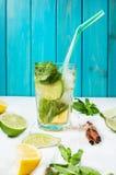 Mojito coctail med limefrukt och mintkaramellen i highballexponeringsglas på en wood tabell background card congratulation invita Arkivfoto
