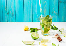 Mojito coctail med limefrukt och mintkaramellen i highballexponeringsglas på en wood tabell background card congratulation invita fotografering för bildbyråer
