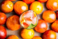 Mojito con las naranjas rojas imagen de archivo