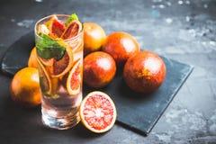 Mojito con las naranjas rojas imágenes de archivo libres de regalías