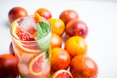 Mojito con las naranjas rojas fotografía de archivo libre de regalías