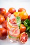 Mojito con las naranjas rojas foto de archivo