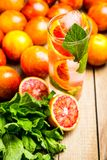 Mojito con las naranjas rojas fotografía de archivo